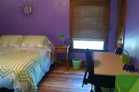 Purple Room in Colorful Guest House - Casa