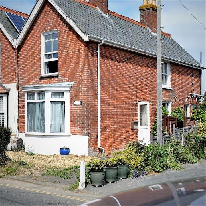 Victoria & Abdul era cosy cottage near ferry/walks
