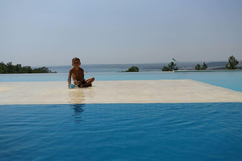 Uitzicht vanuit de ligzetels aan zwembad.