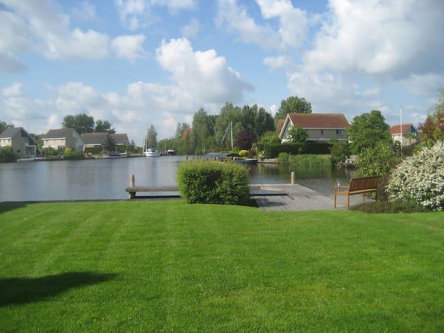 Ruime recreatievilla  aan het water - Terherne - House