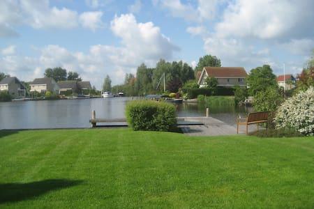 Ruime recreatievilla  aan het water - Terherne