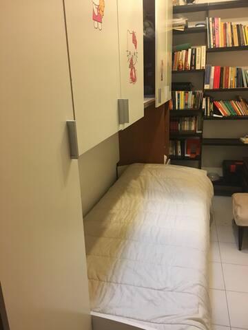 Cameretta a ponte con libreria
