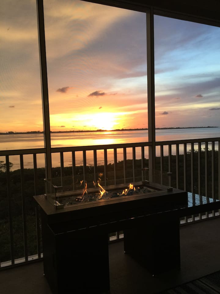 Enjoy beautiful sunsets over the Anna Maria sound and Tampa Bay with one of the best unobstructed views in the complex