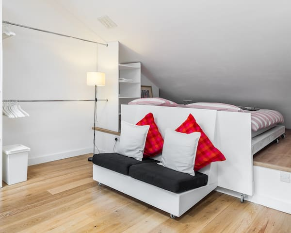 Bright spacious Loft apartment en suite parking