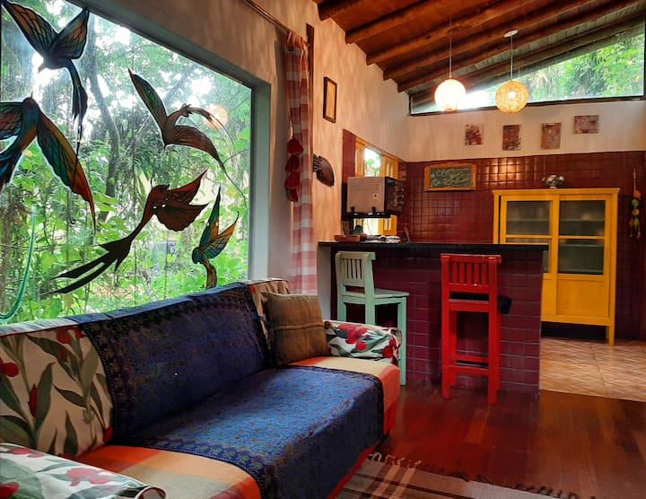 Casa 7 Cores, á 350m da praia de Camburizinho.