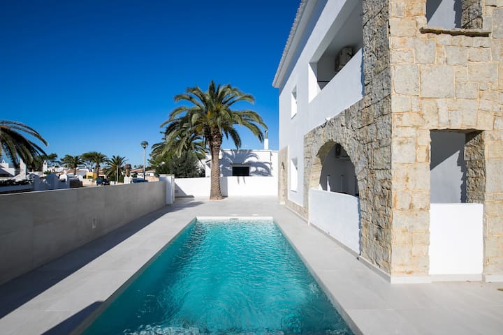 Modern Apartment with Private RooftopTerrace, Access to Pool,  Air Conditioning and Wi-Fi