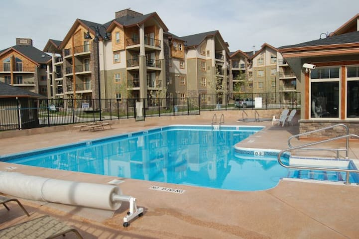 Lakeside 2 bed 2 bath Condo with Hot Tub and Pool