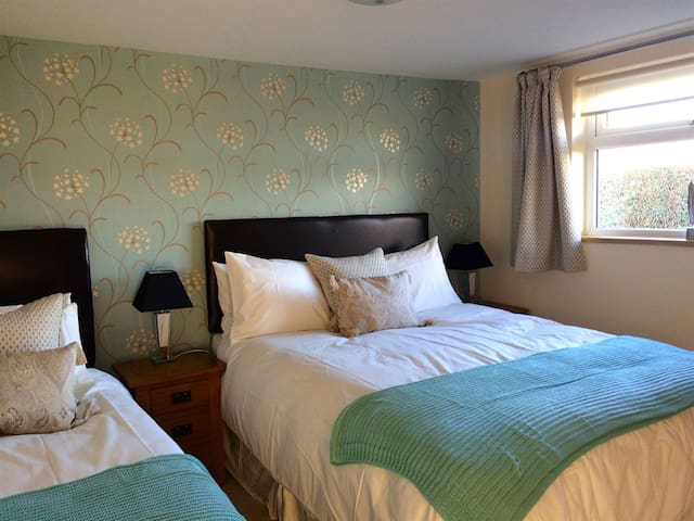 Triple room-Premium-Ensuite-(King + 1 Sgl & Sun Room)