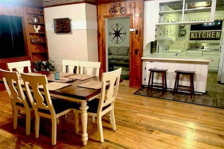 The Olde Country Farmhouse ~ Close to DT~Peaceful!