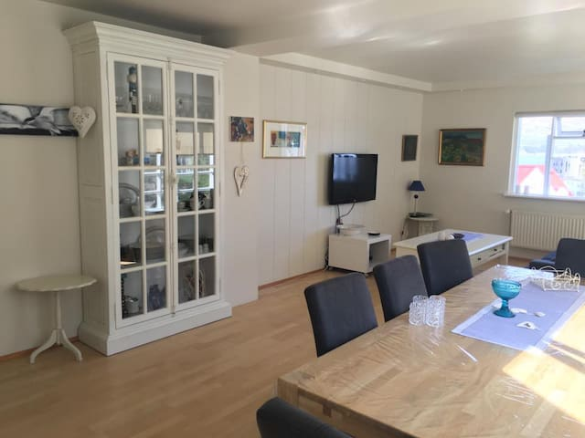 Spacious, cozy down town apartment w. view, 4-5 p. - Akureyri - Huis