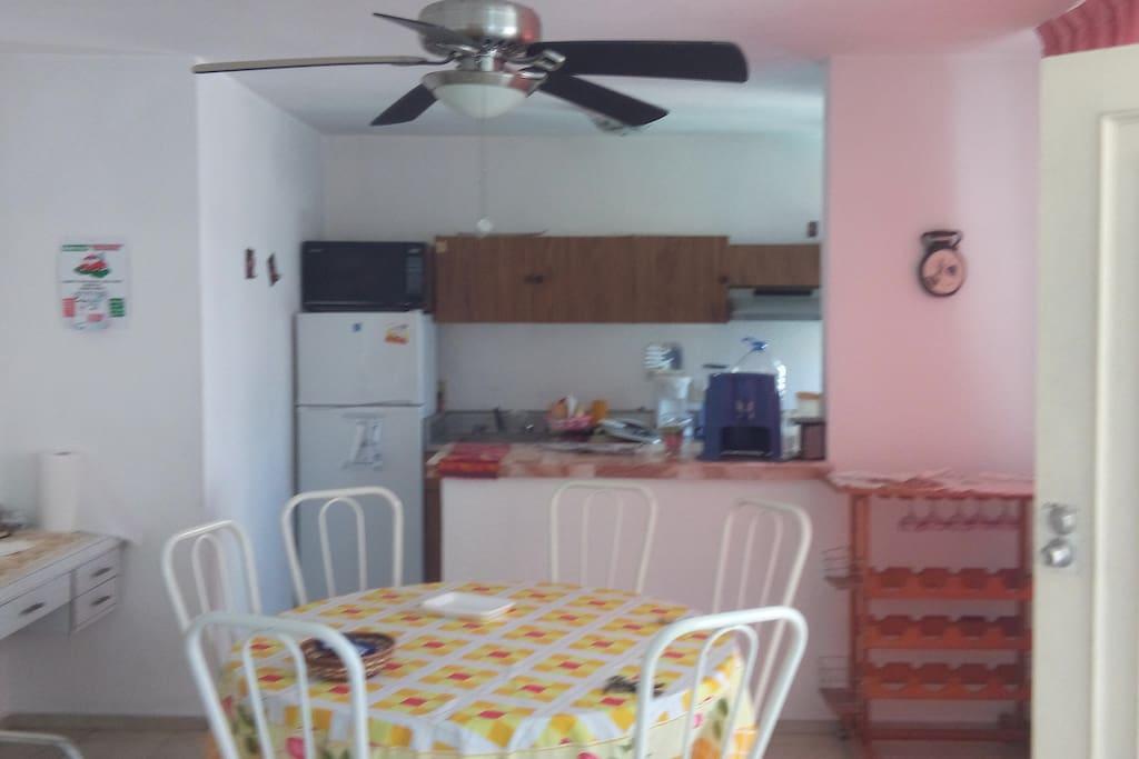 Cocina equipada y comedor apara 6 personas