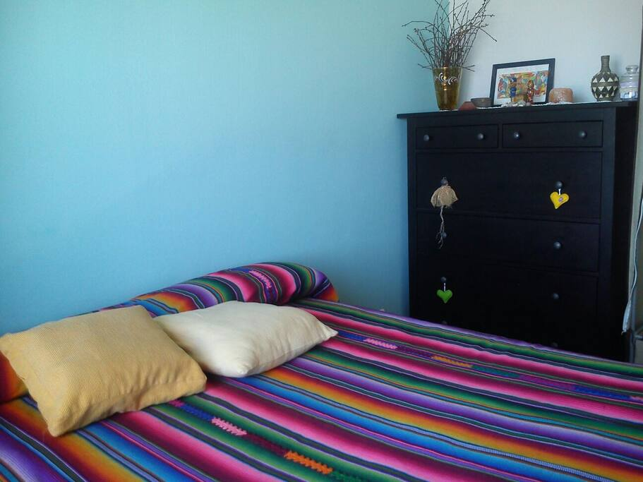 dormitorio con cajonera y armario