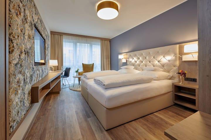 Hotel am See (Neutraubling), Premium Doppelzimmer mit übergroßem Doppelbett
