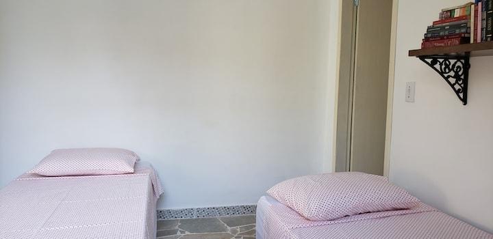 Quarto standard com duas camas na Casa do Sérvio