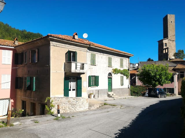 Langhe Piemonte  11 posti in natura e silenzio - Camerana Villa - House