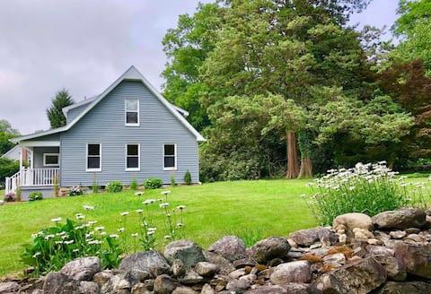 Charming  Rowayton farmhouse close to beaches!