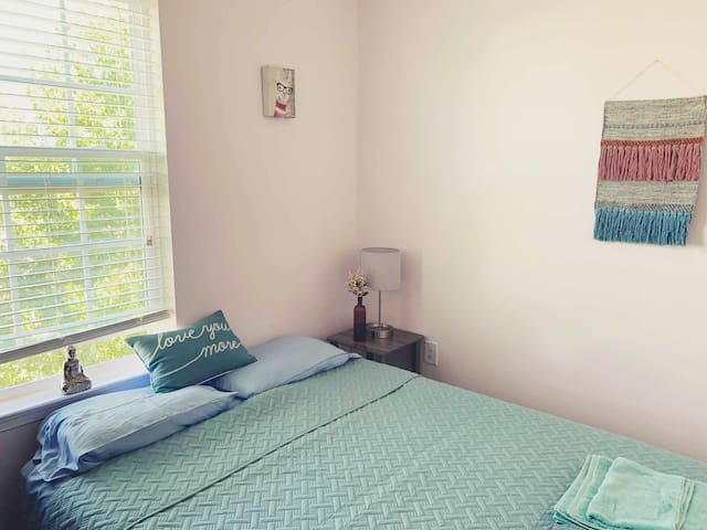 Beautiful Room & Private Bath, 20 min from C'ville