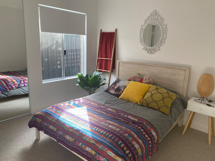 14 min to Fremantle- Private room and bathroom