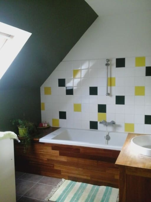 salle de bain à l'étage avec baignoire