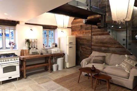 Beautiful Mezzanine Cottage in the heart of Stow
