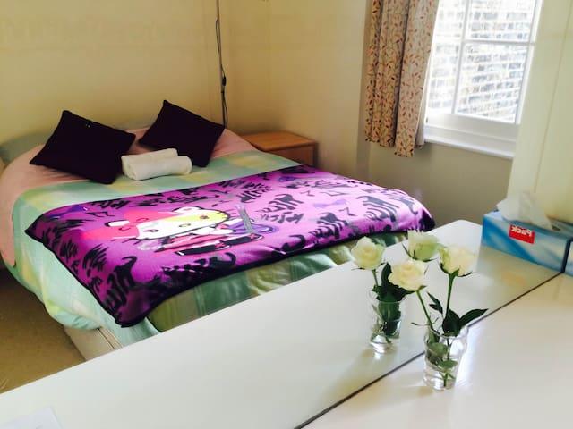 Cosy Quiet Queen bedroom near Victoria - Londen - Huis