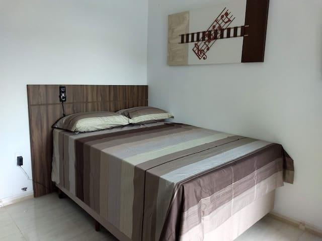 Cama Hiperbox com roupas de cama de ótima qualidade e colchão com sistema de massagem.