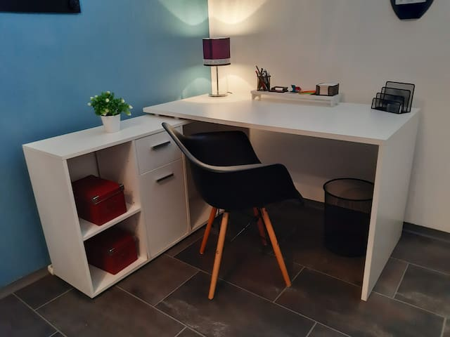 Modernes möbliertes Zimmer in WG-Wohnung
