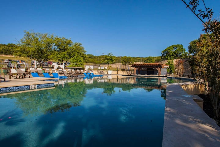 Designer Suite Minutes Away From La Cantera Shops