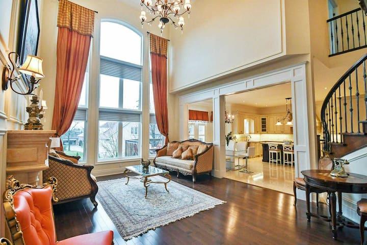Luxury house in Richmond Hill , 4 bedroom+Office