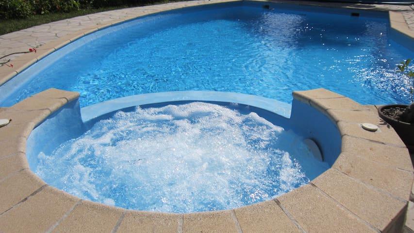 chambre sdb privée jacuzzi piscine vue mer cuisine