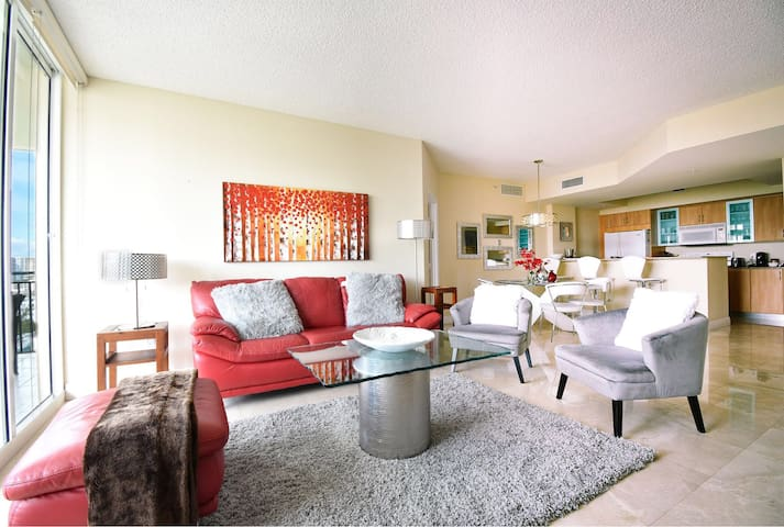 Amazing 2/2 apt walking distance to the beach