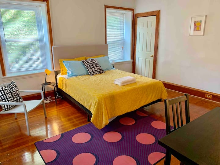 Master suite w/ private bath, easy access to city