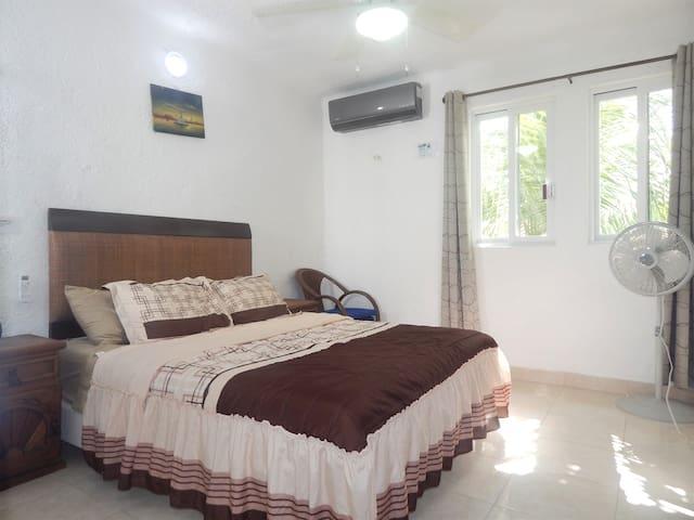 3rd bedroom (small ocean view): habitación con cama queen size memory foam y aire acondicionado. Pequeña vista al mar