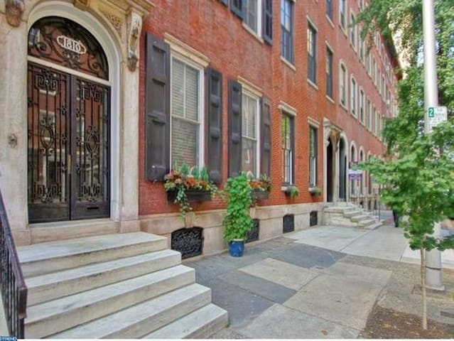 Charming & Spacious Brownstone Apt, Rittenhouse Sq - Philadelphie - Maison de ville
