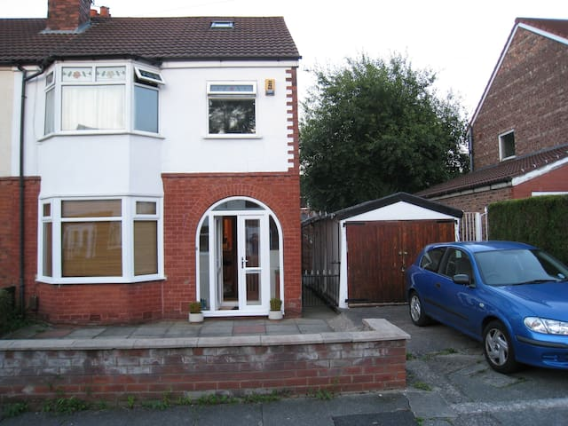 Small room in comfortable and friendly house. - Manchester - Hus