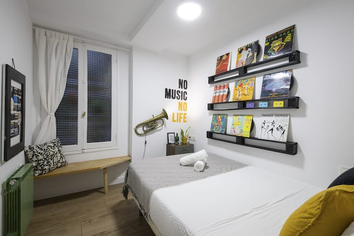 Off Beat Guesthouse - Basic Double Music Room with Shared Bathrooms