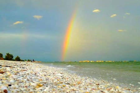 Sanibel's Rainbow: 2 Bedrooms on Beach with Bikes - Sanibel - Appartement