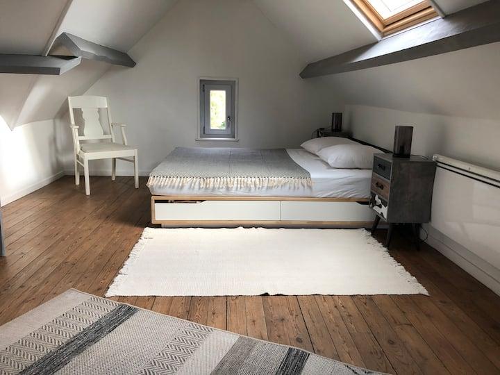 Grande chambre et salle de bain en étage privé