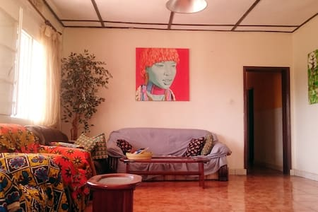 Spacious private room in an artful house - Kigali - Hus