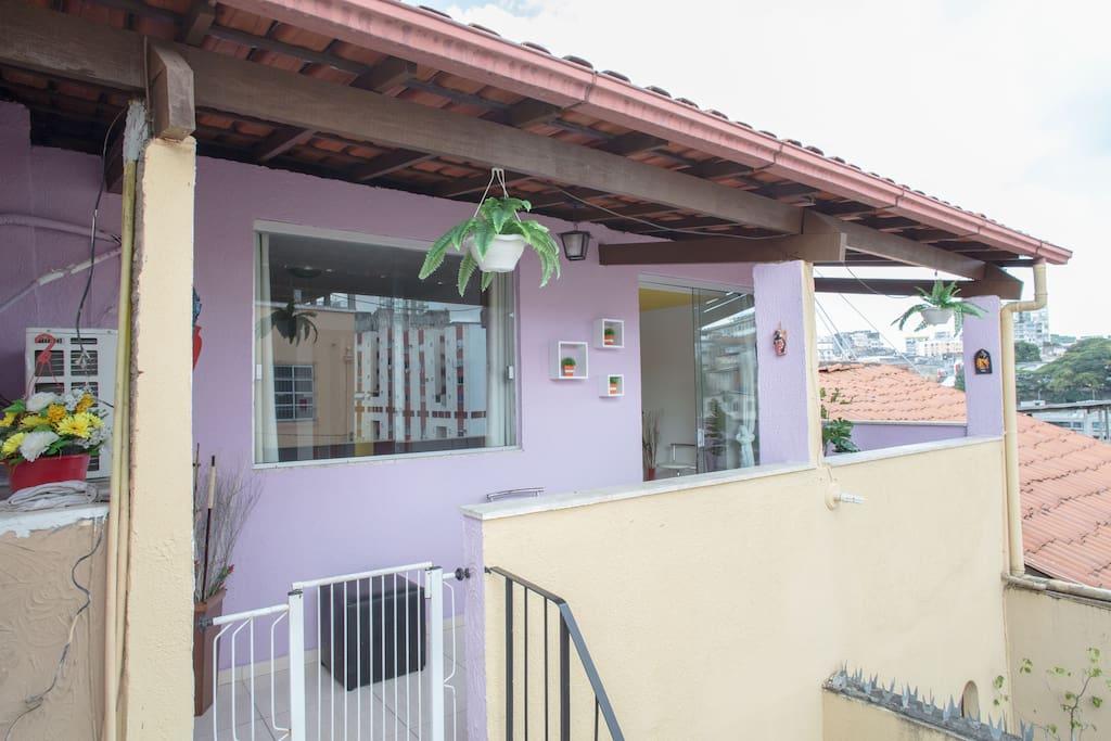 Varanda decorada, ventilada, com vista do entorno! Uma boa pedida relaxar e conversar com os amigos...