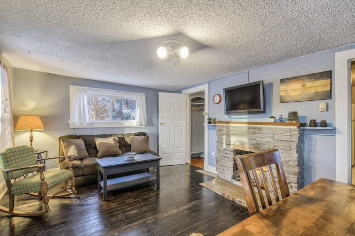 Urban cabin near downtown Colorado Springs in the Ivywild neighborhood, WiFi, TV, Private Parking