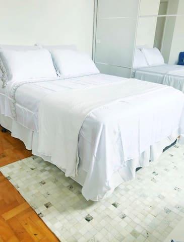 Conforto, bem localizado, toalhas e lençóis branco