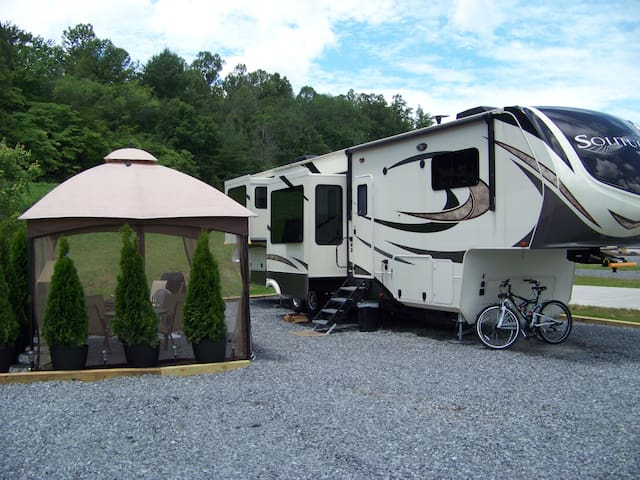 GLAMPING in the MOUNTAINS minutes from BLUE RIDGE