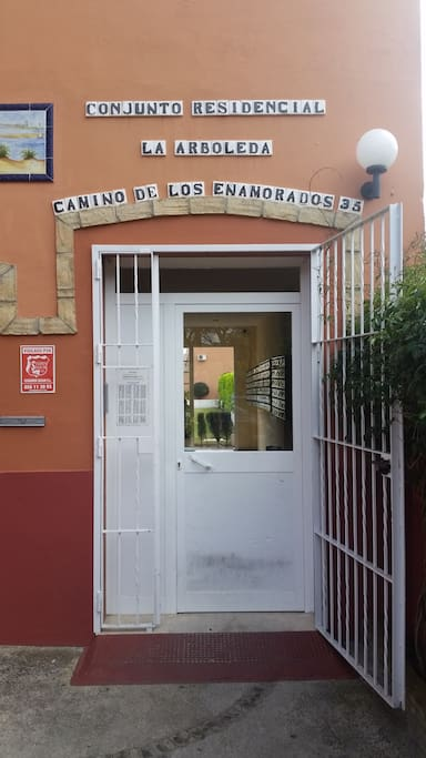 Entrada frontal a la residencia.  Front entrance.