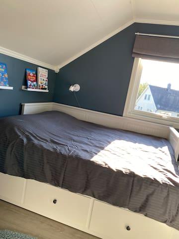 80cm enkelt seng som kan dras ut til 160cm dobbeltseng med kvalitets madrasser fra Emma Madrass i Sverige.