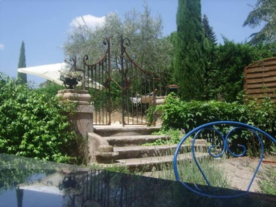 Aperçu du jardin, grande table extérieure