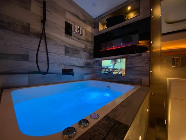 Suite 22 Hot Tub Designer Apartment