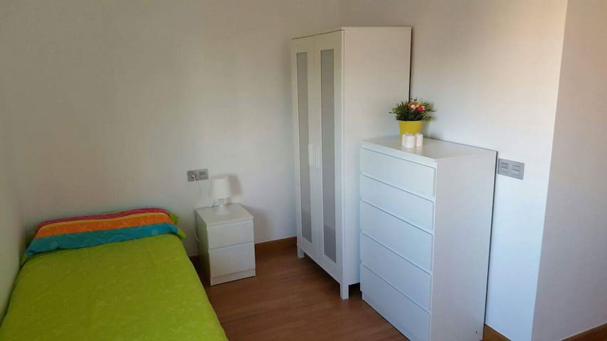 Room 15 minutes to airport. Nice and confortable! - Málaga - Apartment