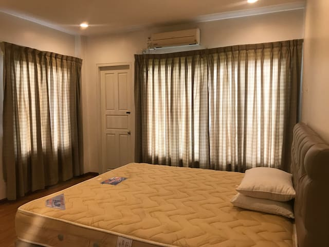 Master bed with walk in closet , bath tab 40 USD/night