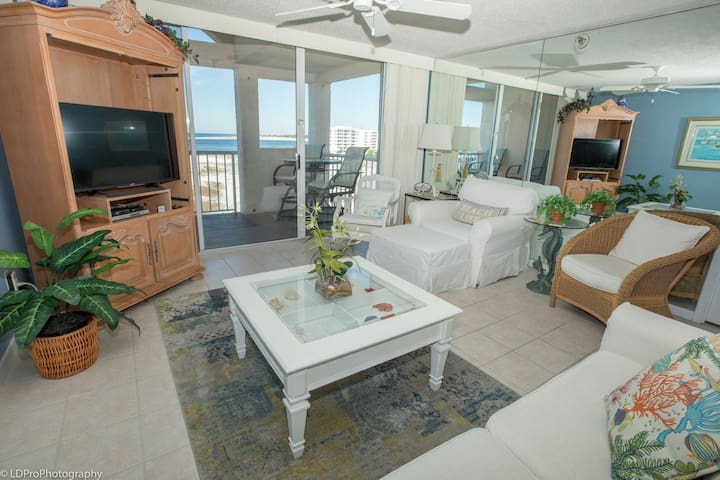 Magnolia House 608 - Top Floor Beautiful 2 BR with Free beach service for 2